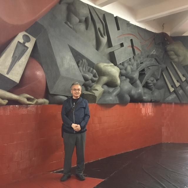 仲野泰生/メキシコのイサムノグチの壁画の前で
